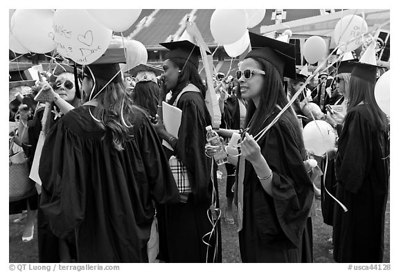 Women students with ballon, commencement. Stanford University, California, USA (black and white)