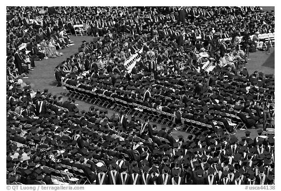 Large gathering of students in academic dress at graduation ceremony. Stanford University, California, USA (black and white)
