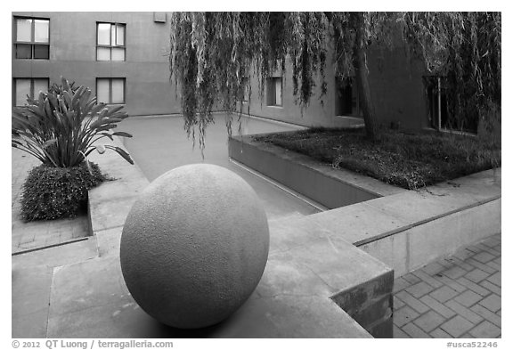 Autrey Zocalo, Schwab Residential Center. Stanford University, California, USA (black and white)