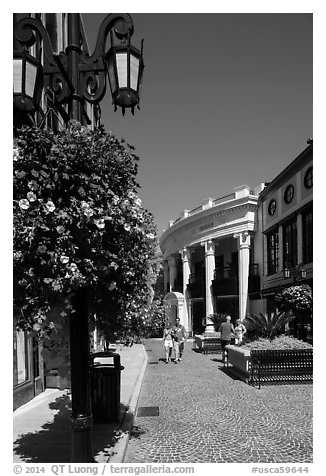 Two Rodeo Drive shopping district. Beverly Hills, Los Angeles, California, USA (black and white)