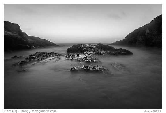 Spooners Cove at sunset, Montana de Oro State Park. Morro Bay, USA (black and white)