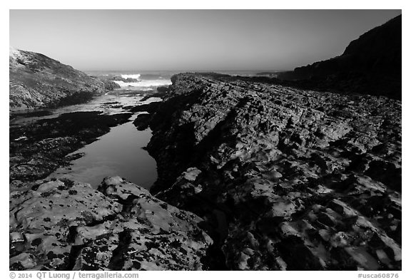 Rock rib, early morning, Spooners Cove, Montana de Oro State Park. Morro Bay, USA (black and white)