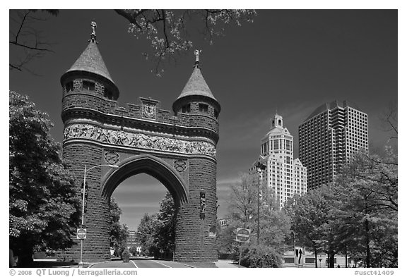 Memorial Arch and skyline. Hartford, Connecticut, USA (black and white)