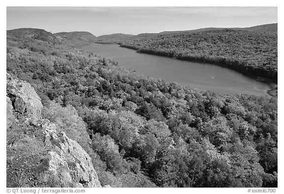 Lake of the Clouds with early fall colors, Porcupine Mountains State Park. Upper Michigan Peninsula, USA (black and white)