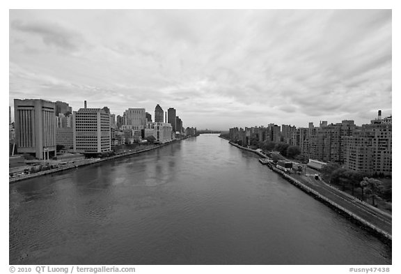 Hudson River between Manhattan and Roosevelt Island. NYC, New York, USA (black and white)