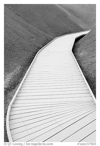 Boardwalk, Painted Cove Trail. John Day Fossils Bed National Monument, Oregon, USA (black and white)
