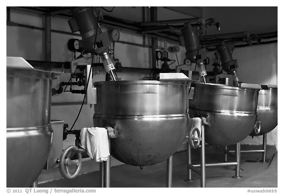 Food boilers, Liberty Orchards factory, Cashmere. Washington (black and white)