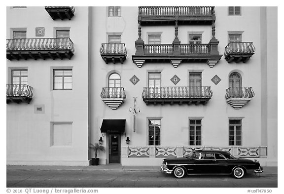 Classic car and hotel facade. St Augustine, Florida, USA (black and white)