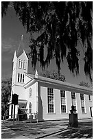 Tabernacle Baptist Church with hanging spanish moss and Robert Smalls memorial. Beaufort, South Carolina, USA (black and white)
