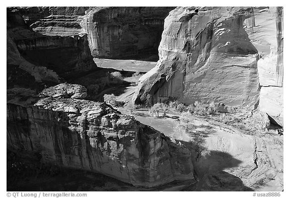 Walls and Canyon de Muerto, Anteloped House overlook. Canyon de Chelly  National Monument, Arizona, USA (black and white)