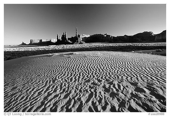Sand dunes, Yei bi Chei, and Totem Pole, late afternoon. Monument Valley Tribal Park, Navajo Nation, Arizona and Utah, USA (black and white)