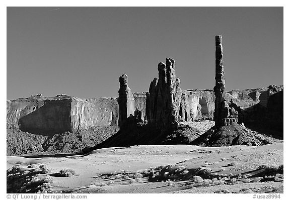 Yei bi Chei and Totem Pole, afternoon. Monument Valley Tribal Park, Navajo Nation, Arizona and Utah, USA (black and white)