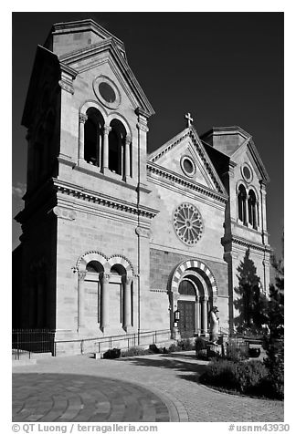 Cathedral Basilica of St Francis de Assisi. Santa Fe, New Mexico, USA (black and white)
