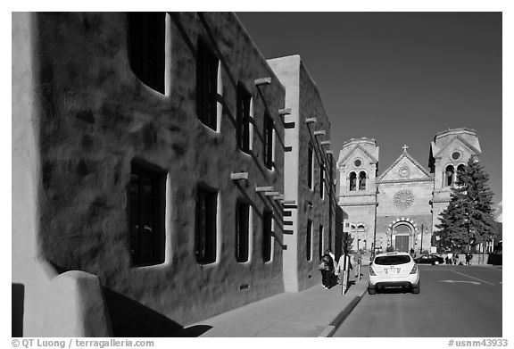 Side of the American Indian art museum and St Francis Cathedral. Santa Fe, New Mexico, USA (black and white)