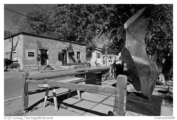 Modern sculpture and galleries on Canyon Road. Santa Fe, New Mexico, USA (black and white)