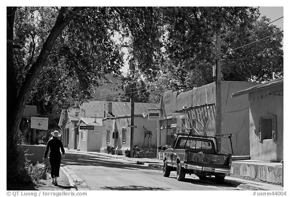 Canyon Road and art galleries. Santa Fe, New Mexico, USA (black and white)