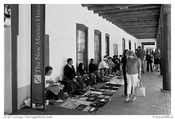 Palace of the Governors with native vendors. Santa Fe, New Mexico, USA (black and white)