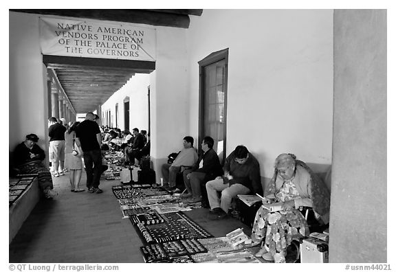 Native americans selling in front of the Palace of the Governors. Santa Fe, New Mexico, USA (black and white)