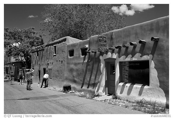 Tourists inspect oldest house. Santa Fe, New Mexico, USA (black and white)