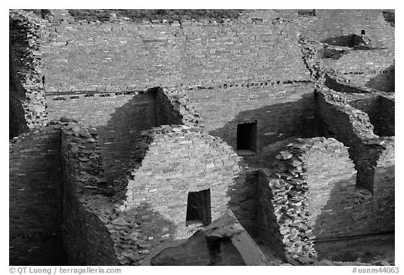 Interconnected rooms, Pueblo Bonito. Chaco Culture National Historic Park, New Mexico, USA (black and white)