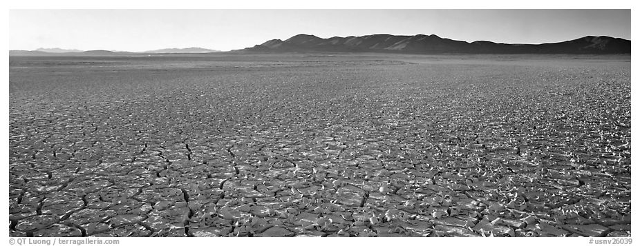 Panoramic Black and White Picture/Photo: Dry lake bed ...