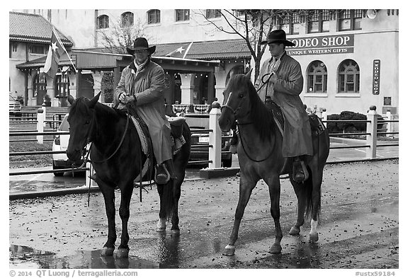 Cowboys in raincoats. Fort Worth, Texas, USA (black and white)