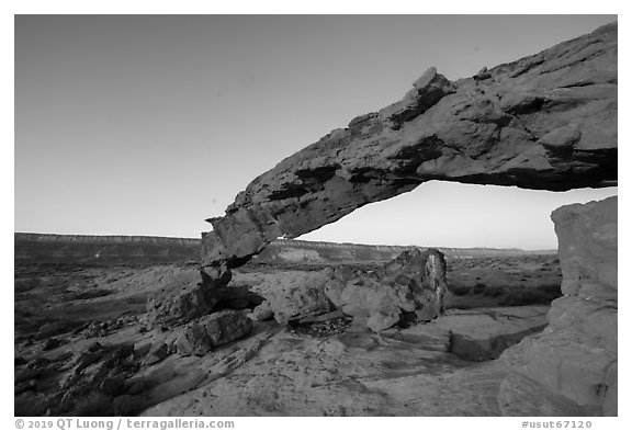 Entrada Sandstone Sunset Arch at sunrise. Grand Staircase Escalante National Monument, Utah, USA (black and white)