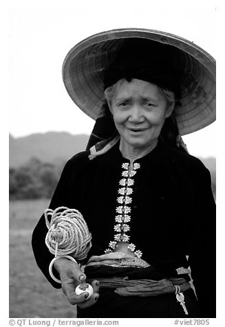 Black and White Picture Photo  Thai woman wearing her traditional dress  under the Vietnamese conical hat 2b7c3cdcd40