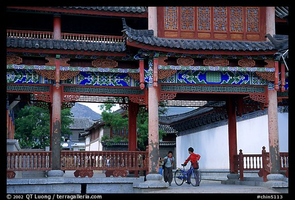 Children in an archway. Lijiang, Yunnan, China (color)