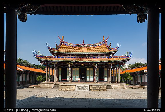 Dacheng Hall, Confuscius Temple. Taipei, Taiwan (color)