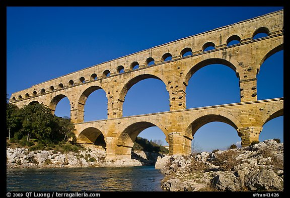 Picture photo roman aqueduct over gard river france for Pont du gard architecte