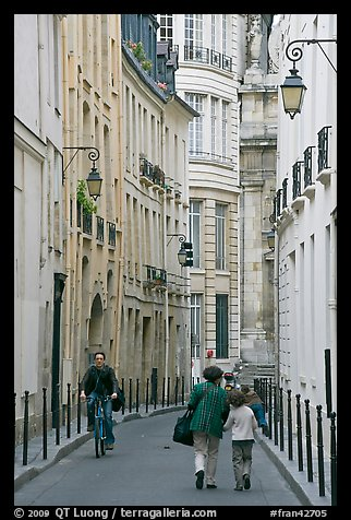 Narrow street. Paris, France (color)