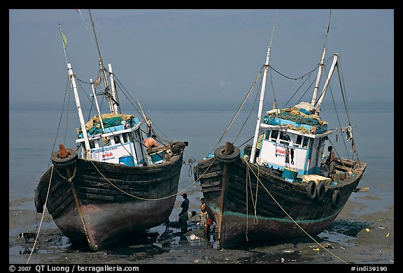 Boats at low tide. Mumbai, Maharashtra, India (color)