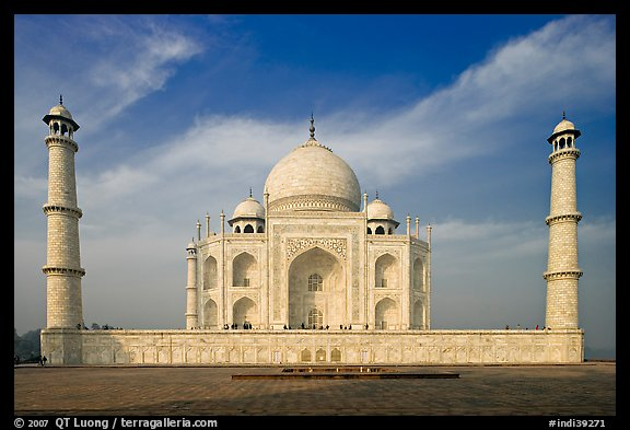Mausoleum and decorative minarets, Taj Mahal. Agra, Uttar Pradesh, India (color)
