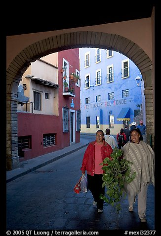 Women walking in a tunnel. Guanajuato, Mexico (color)