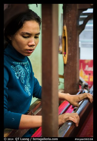 Wowan working loom. Amarapura, Myanmar (color)