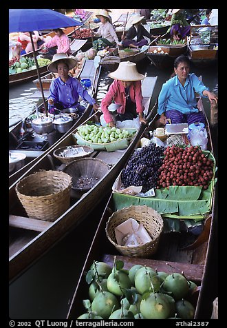Small boats loaded with food, Floating market. Damnoen Saduak, Thailand (color)