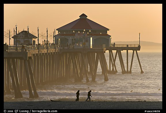 Beachgoers and Huntington Pier, late afternoon. Huntington Beach, Orange County, California, USA (color)