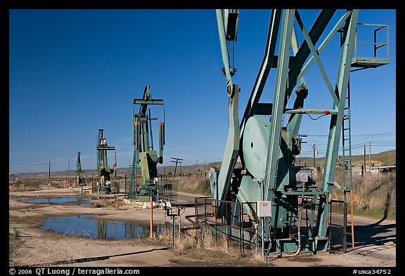 Oil extracting machinery, Chevron field. California, USA (color)