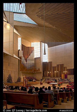 Sunday mass in the Cathedral of our Lady of the Angels. Los Angeles, California, USA (color)