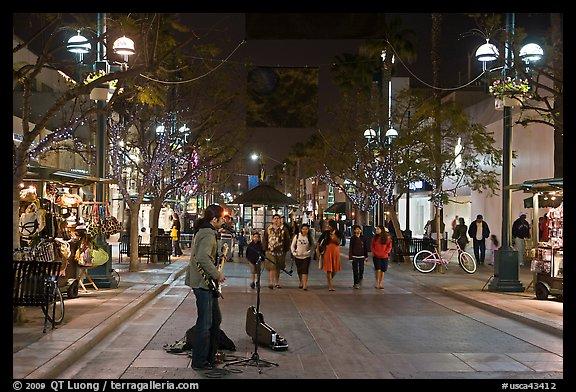 Third Street Promenade >> Picture/Photo: Musician and Third Street Promenade. Santa Monica, Los Angeles, California, USA