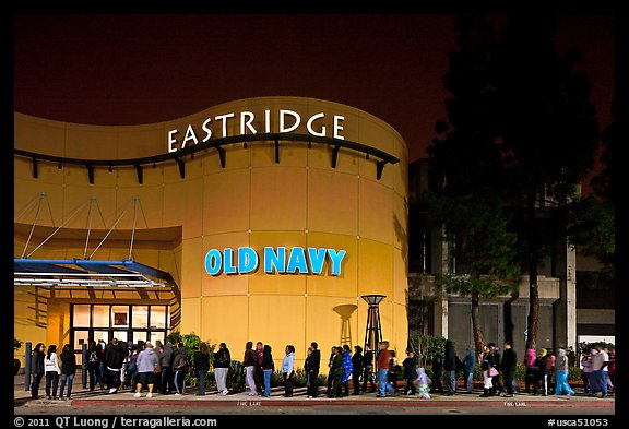 Line outside Eastridge shopping mall. San Jose, California, USA (color)