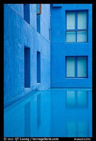 Blue walls and reflecting tool, Schwab Residential Center. Stanford University, California, USA (color)
