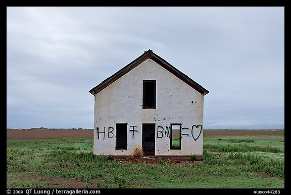 Abandoned house with graffiti, Mosca. Colorado, USA (color)